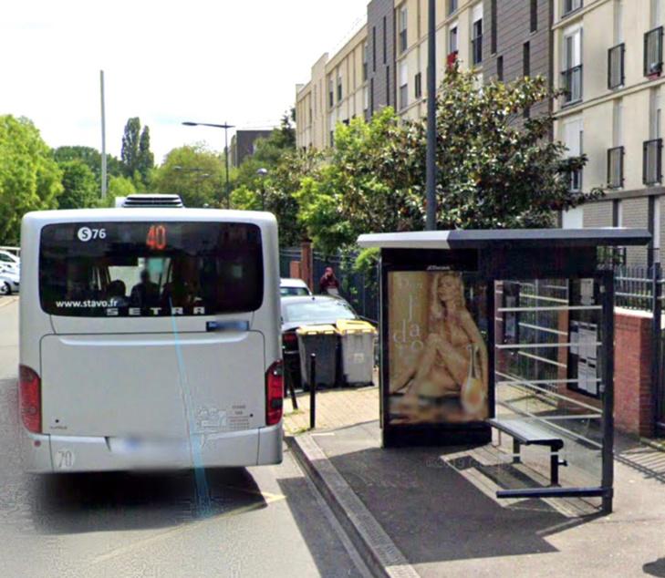 Pour se venger, les passagers refoulés ont brisé une vitre du bus avec un caillou - illustration @ Google Maps