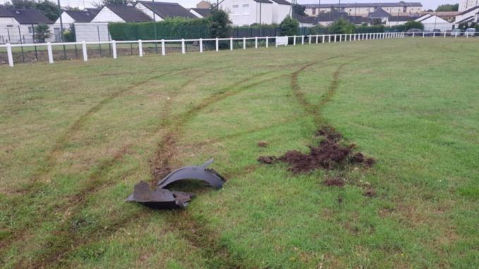 La pelouse du terrain de foot a été fortement endommagée - Photo © DDSP76