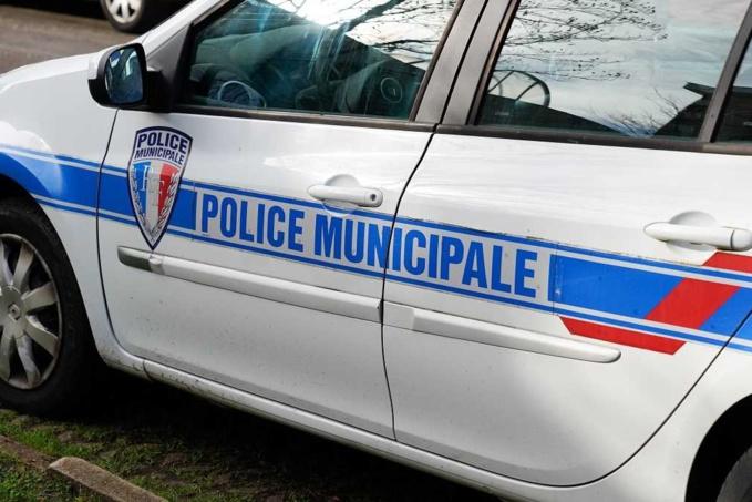 Les policiers municipaux ont noté le numéro d'immatriculation du scooter ce qui leur a permis d'identifier le propriétaire - Illustration © Adobe Stock
