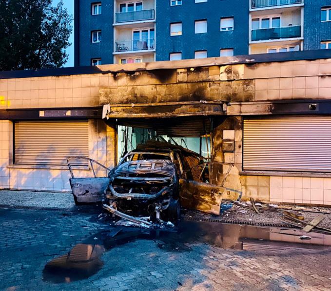 La Renault Modus, très certainement volée, a été lancée en marche arrière contre la devanture - photo @ Karl Olive/ Twitter