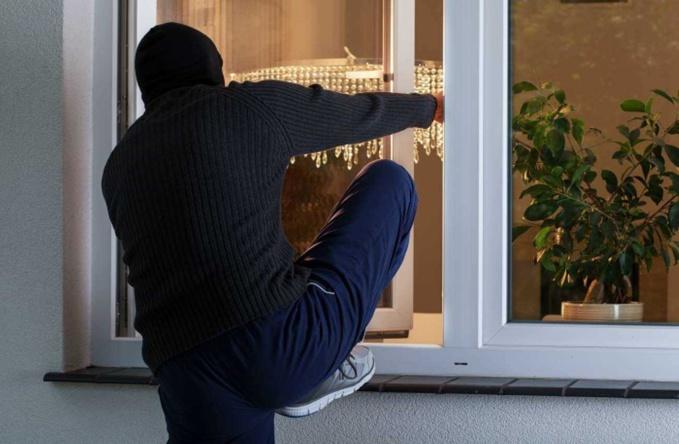 Le ou les voleurs s'introduisent dans les habitations par une fenêtre ouverte, y compris à l'étage ou une porte non verrouillée  - Illustration © Adobe Stock