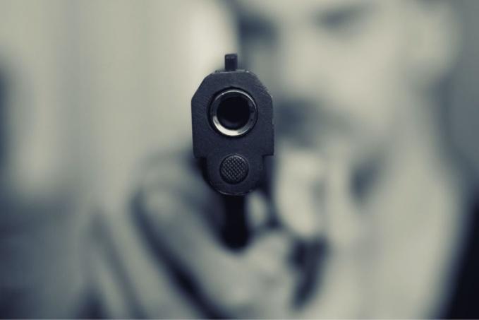 L'individu encagoulé et ganté est entré dans le magasin arme à la main - Illustration @ Pixabay