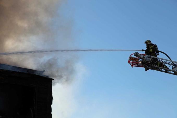 Les sapeurs-pompiers ont lutté longuement contre les flammes qui avaient embrasé le dernier étage et la toiture de l'immeuble - Illustration © Adobe Stock