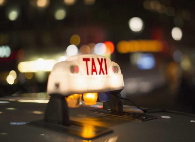 Le chauffeur de taxi a été frappé après avoir découvert le vol de sa veste   - Illustration © Adobe Stock