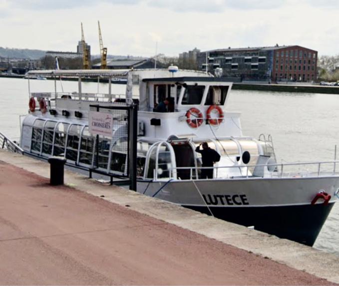 L'individu était attablé une canette de bière à la main quand les policiers sont arrivés à bord du bateau - illustration @ Google maps