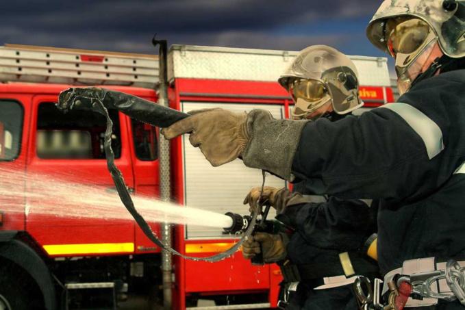 Deux lances ont été établies pour lutter contre le feu et empêcher sa propagation - illustration @ Adobe
