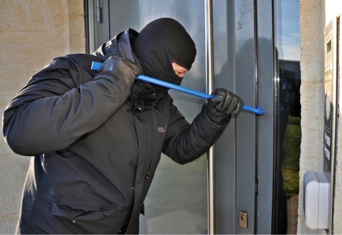 La porte d'entre a été forcée avec un pied-de-biche - illustration @ Pixabay