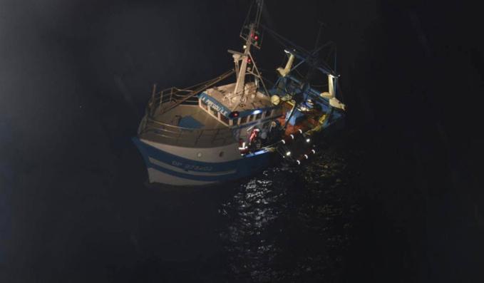 Le chalutier a été ramené au port de Fécamp. Son équipage est sain et sauf - Photo @ Préfecture Maritime