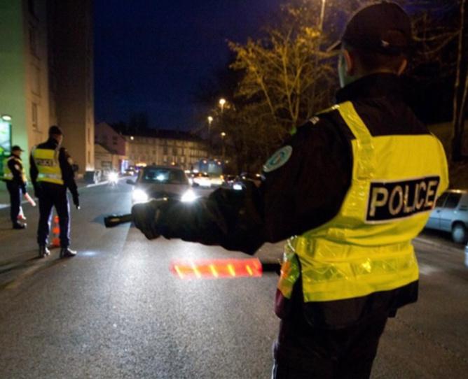 La voiture roulait à faible allure et tous deux éteints, de quoi attirer l'attention des policiers - illustration @ DGPN