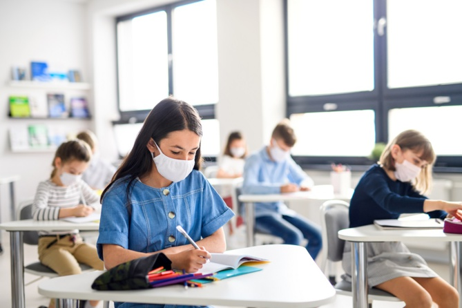Le confinement ne concerne pas cette fois les écoles, collèges et lycées qui sont autorisés à ouvrir dès la fin des vacances de la Toussaint - Illustration © Adobe Stock