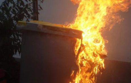 La première poubelle a été entièrement détruite par le feu - Illustration