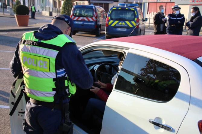 Les gendarmes étaient là pour vérifier les attestations mais aussi pour rencontrer les commerçants autorisés à ouvrir pendant le confinement - Photo @ Préfecture de l'Eure