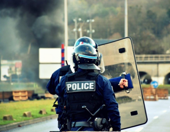Les forces de l'ordre ont dû faire usage de gaz lacrymogène et de tirs de LBD pour ramener le calme - Illustration © DDSP76