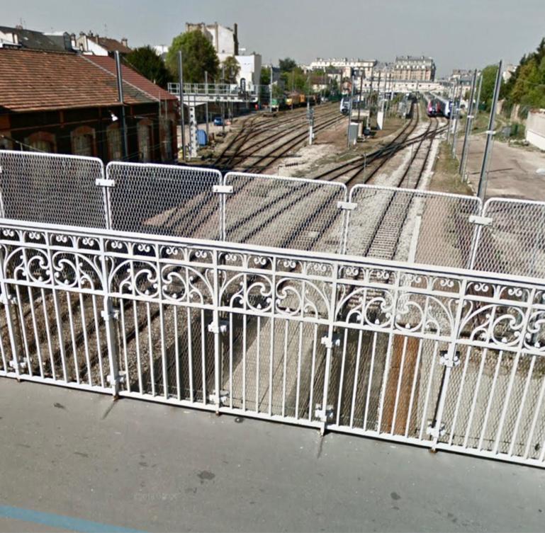 Le quadragénaire avait enjambé la balustrade du pont SNCF à l'arrivée des policiers - Illustration @ Google maps