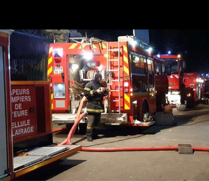 Deux lances à incendie ont été mises en action par la vingtaine de sapeurs-pompiers - Illustration
