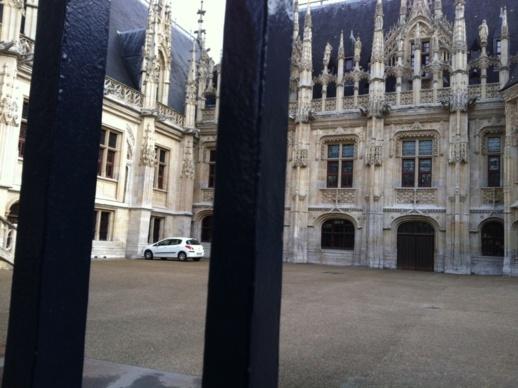 Le palais de Justice est situé en centre ville, rue Jeanne d'Arc à Rouen