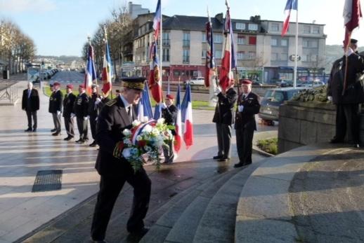 Le nouveau préfet a déposé la traditionnelle gerbe au pied du monument de la place Carnot