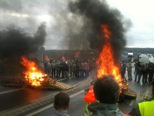 A Flins, mardi, les salariés en grève ont bloqué les accès de l'usine en brûlant des palettes et des pneus (photo Infonormandie)