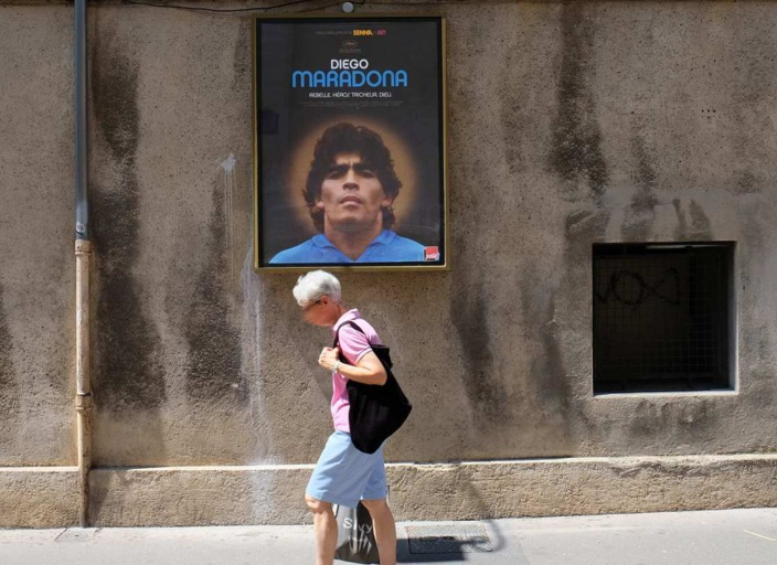 « Trois jours de deuil national ont déjà été décrétés en Argentine pour celui qui ne jouait pas au football mais l'inventait.» - Illustration © iStock