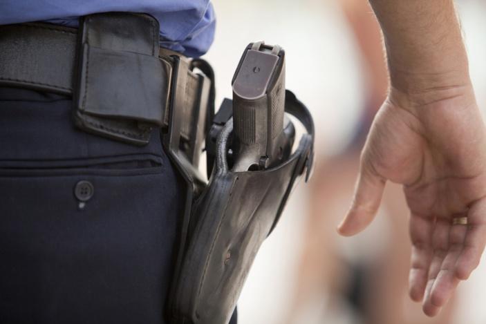L'adolescent a tenté de s'emparer de l'arme de service d'un policier, selon une source policière - Illustration © iStock