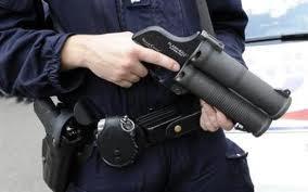 A Elbeuf, les policiers utilisent flash ball et Taser pour refouler leurs assaillants