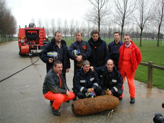 Philippe Sorensen avec son équipe de démineurs après une intervention en Normandie