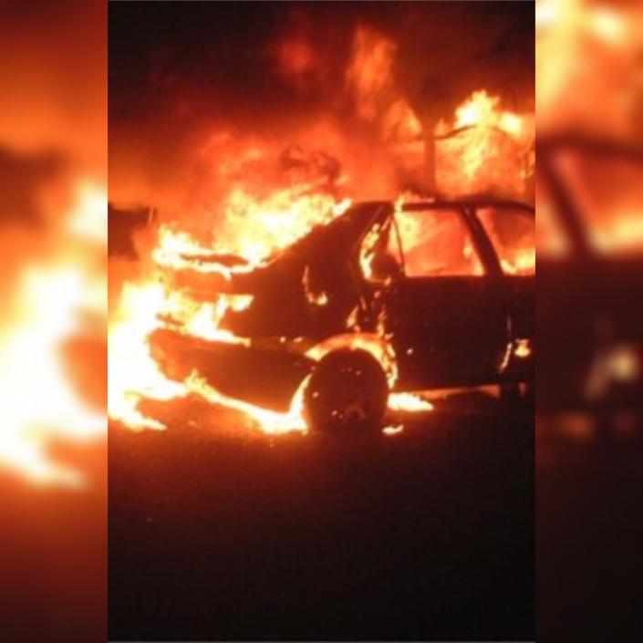 Stationnée devant l'immeuble du propriétaire, la Renault Mégane a été entièrement détruite par les flammes - Illustration