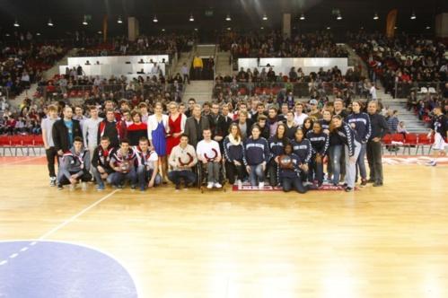L'ensemble des lauréats avec leurs entraîneurs et les dirigeants sportifs