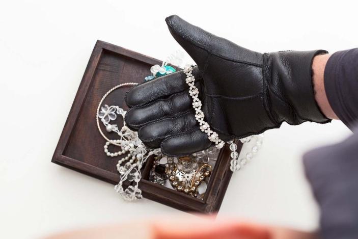 Dans les deux cas, les usurpateurs ont fait main basse sur les bijoux et cartes bancaires - Illustration © iStock