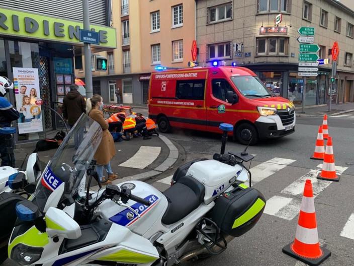 La victime a été transportée par les sapeurs-pompiers au CHU, sous escorte de deux motards de la formation motocycliste urbaine - Photo @ DDSP76