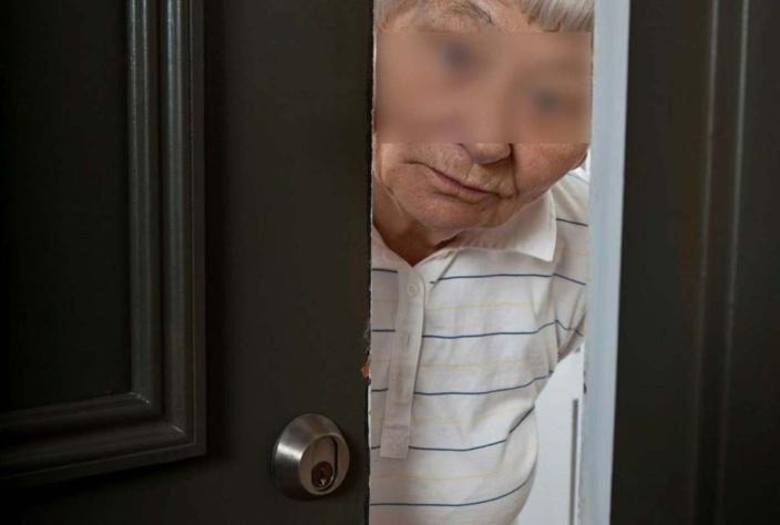 Méfiante, la nonagénaire a tenté d'éconduire les deux inconnus en refusant de les laisser entrer - Illustration © iStock