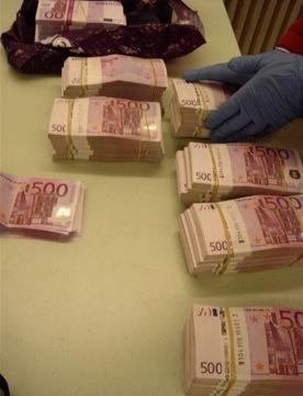 Les liasses de 500€ étaient dissimulées dans la trousse de toilette, le pantalon et les poches de veste du voyageur (Photo : Douane)