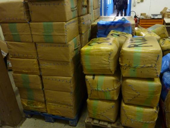 """Les 6,8 tonnes de résine de cannabis étaient confectionnés sous forme de ballots appelés """"valises marocaines"""" (Photo : Douane française)"""