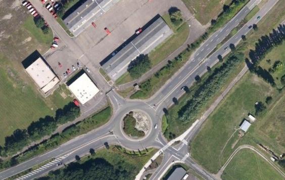 Le drame s'est produit à ce rond-point, juste à côté de l'ancienne caserne des pompiers de Tourville (Capture d'écran Google Maps)