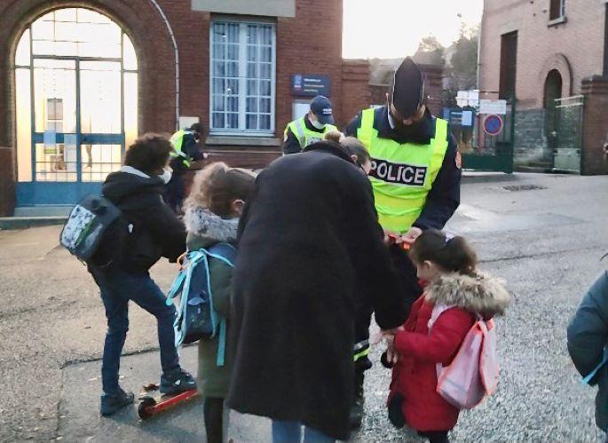 Les policiers ont distribué des chasubles et brassards  ainsi que des flyers - Photo © DDSP76
