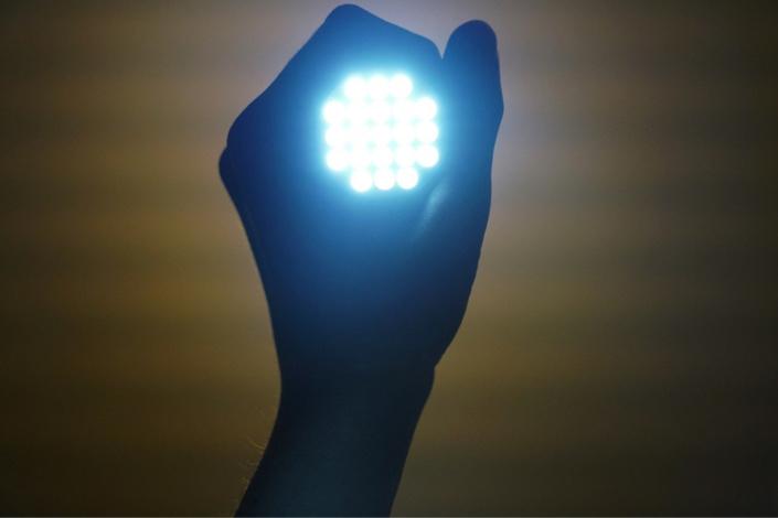 La présence de faisceaux lumineux dans l'habitation a attiré l'attff et nation des policiers - illustration