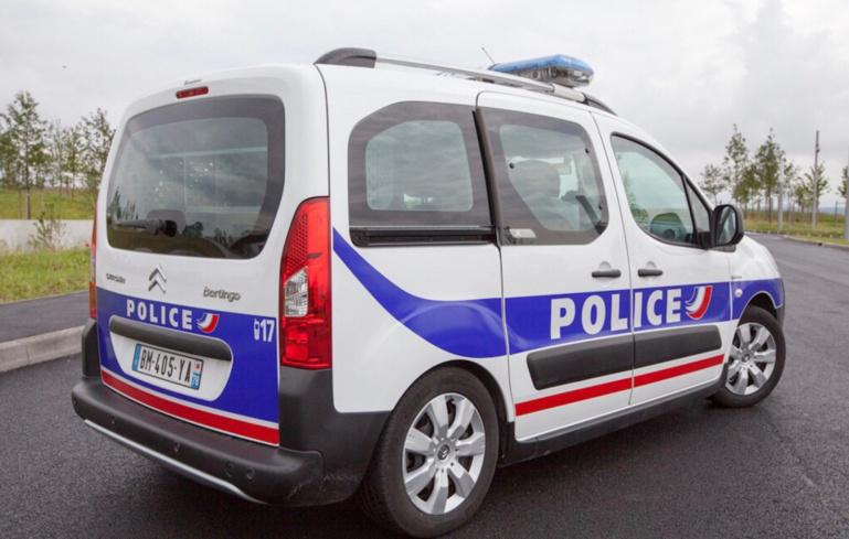 Le véhicule de police a été endommagé par les projectiles - Illustration