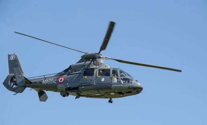 L'hélicoptère Dauphin de la Marine nationale a treuillé à son bord un des naufragés qui a été héliporté vers l'hôpital de Boulogne-sur-Mer - illustration @ Marine nationale