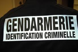 Les techniciens de la gendarmerie vont passé au peigne fin la scène de crime à la recherche d'indices