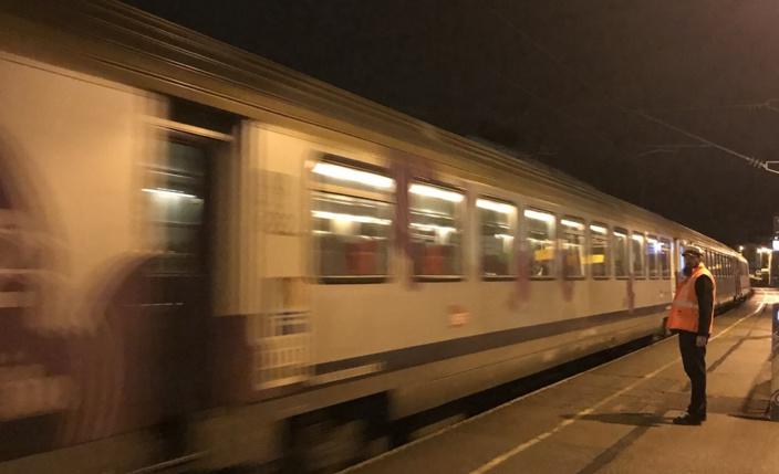 """Les voyageurs du train en panne sont restés """"confinés"""" à bord pendant plusieurs heures en pleine campagne - Illustration © infoNormandie"""