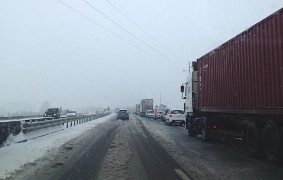 Prudence ce matin sur la RN 27 : la couche de neige rendait la chaussée glissante