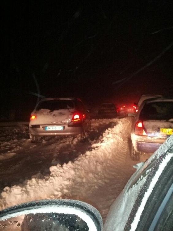 Des dizaines d'automobilistes bloqués toute une nuit par des congères sur la D6015 à Croix-Mare