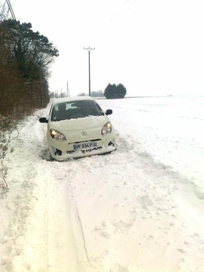 A Civières, un village du canton d'Ecos, Sylvie, auxiliaire de vie, a dû ce mardi matin abandonner sa voiture sur ce chemin enneigé et verglacé. C'est un agriculteur qui est venu la sortir de ce mauvais pas (Photo infonormandie.com)