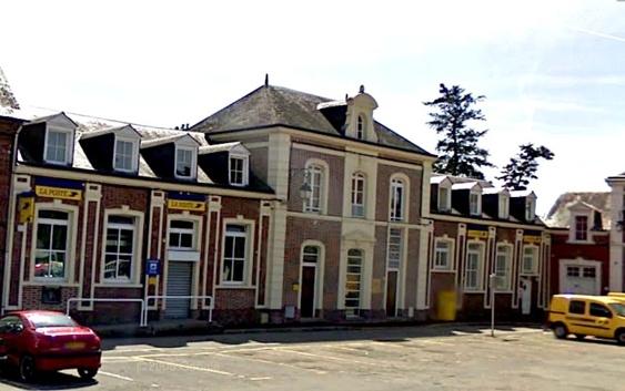 Le bureau de La Poste est situé place Carnot, en plein centre ville de Beaumont-le-Roger (Photo Google Maps)