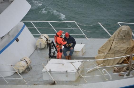 Le marin malade va être hélitreuillé pour être héliporté vers l'hôpital de Dunkerque (Photos Marine nationale)