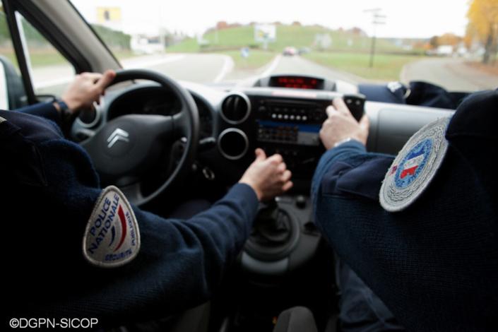 L'attention des policiers en patrouille a été attirée par la conduite hésitante du jeune homme - Illustration