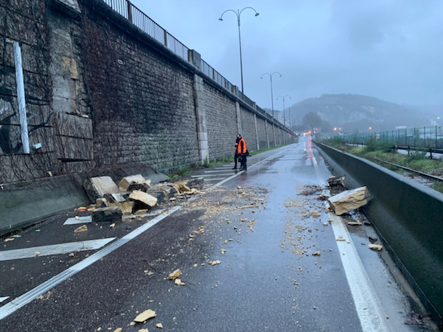 Des morceaux de parement du pont Corneille se sont effondrés sur la chaussée - Photo @ Nicolas Mayer-Rossignol / Twitter