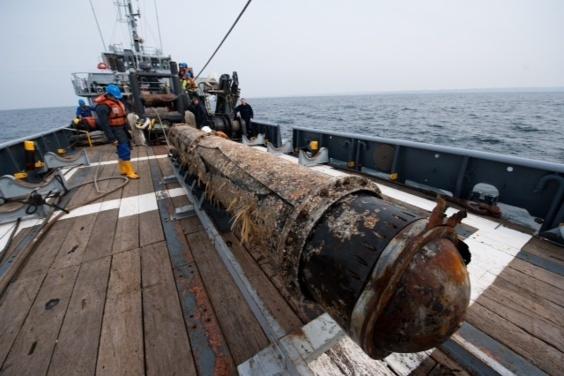Une des deux torpilles de 7 mètres de long et de 2 tonnes chacune ont été repêchées (Photos Marine nationale)