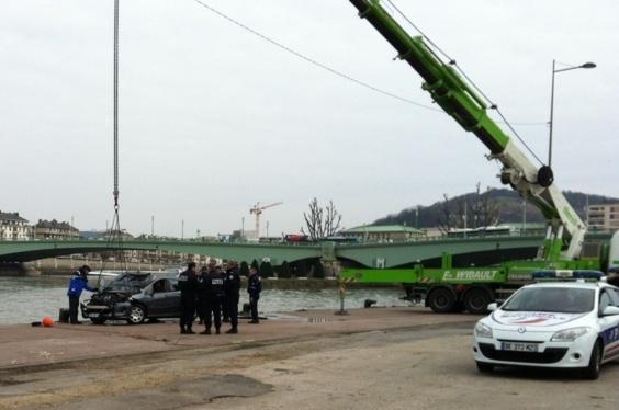 La Peugeot a été localisée en fin de matinée en Seine. A l'intérieur, il y avait le corps de Joël Thomas, signalé disparu par son épouse dans l'après-midi de mardi 19 mars  (Photo FV/Infonormandie)