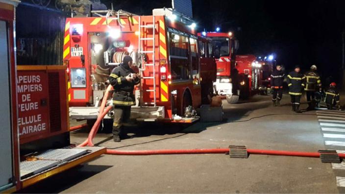 Les sapeurs-pompiers ont établi trois lances en raison des risques de propagation à deux bâtiments voisins - Illustration